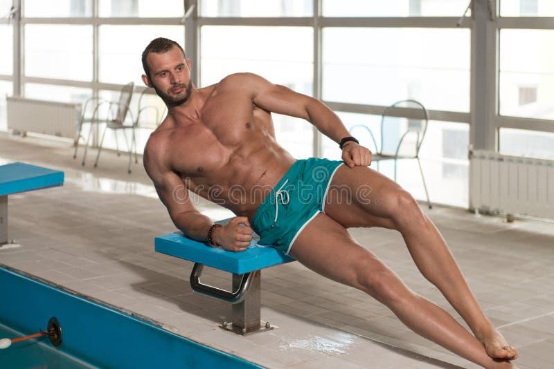 Download 看强壮男子的人的年轻人旅馆室内游泳池 库存照片. 图片 包括有 健身, 世界性, 生活方式, 胸口, 有吸引力的 - 62536140