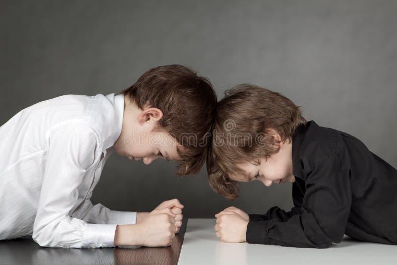 看彼此的两个男孩 免版税库存图片