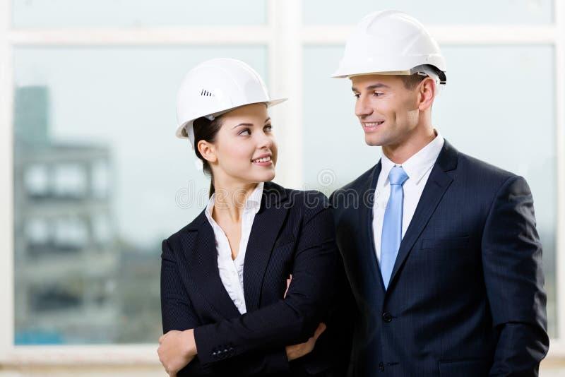 看彼此的两位工程师画象  免版税库存图片
