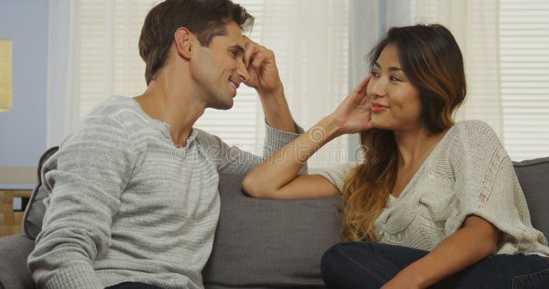 看彼此的人种间夫妇 免版税库存图片