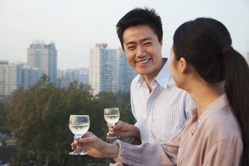 看彼此的夫妇与都市风景 免版税库存照片