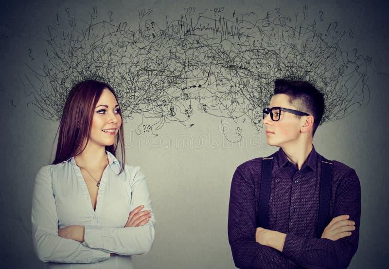 看彼此的男人和妇女交换与许多想法 免版税库存照片