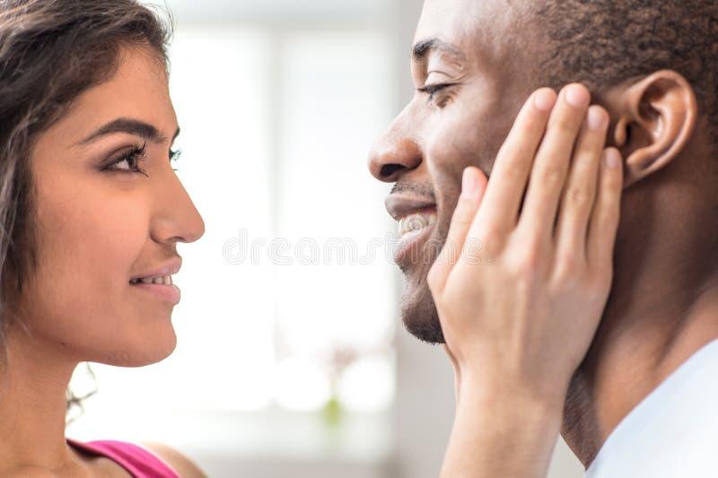 看彼此的美好的夫妇画象  免版税库存图片
