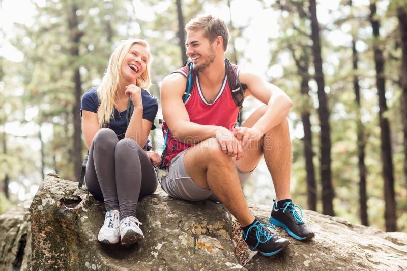 看彼此的年轻愉快的远足者夫妇 库存图片