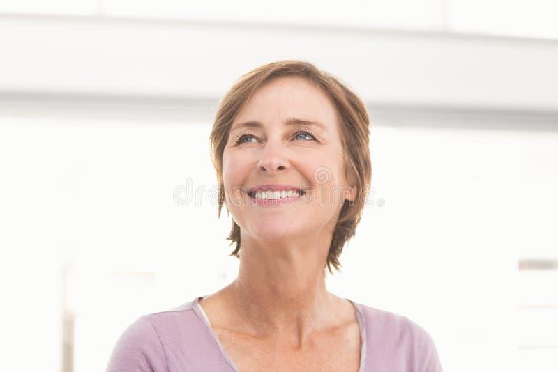 看微笑的偶然的女实业家  免版税图库摄影