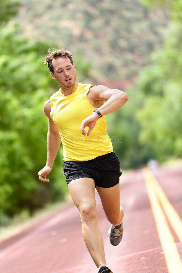 看心率显示器巧妙的手表的赛跑者 免版税库存照片