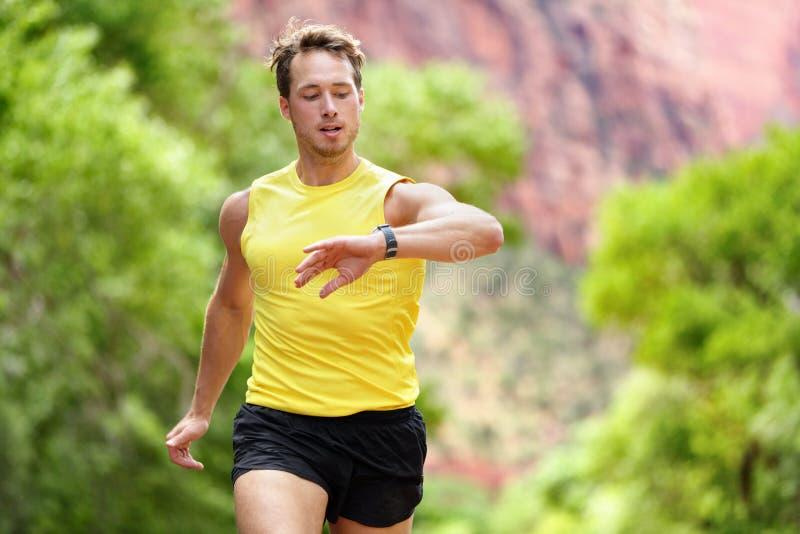 看心率显示器smartwatch的赛跑者 免版税图库摄影