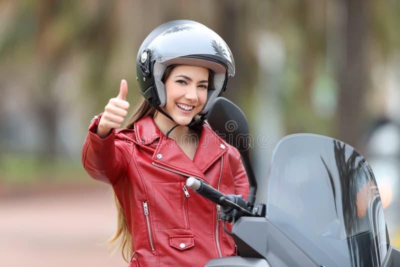 看您有外面赞许的骑自行车的人 免版税库存照片