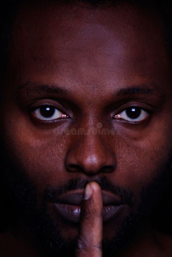 看您有横跨他的嘴唇的一个手指的一个非洲人的图片 免版税库存照片