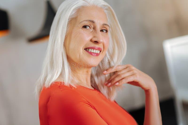 看您的快乐的年迈的妇女 免版税图库摄影