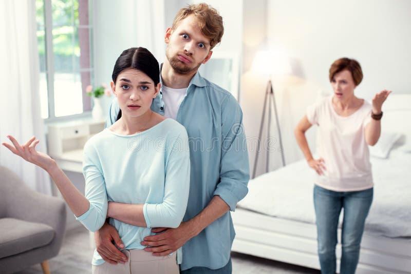 看您的沮丧的年轻夫妇 免版税图库摄影