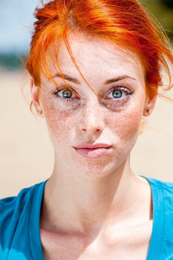 看惊奇的年轻滑稽的红头发人妇女 库存图片