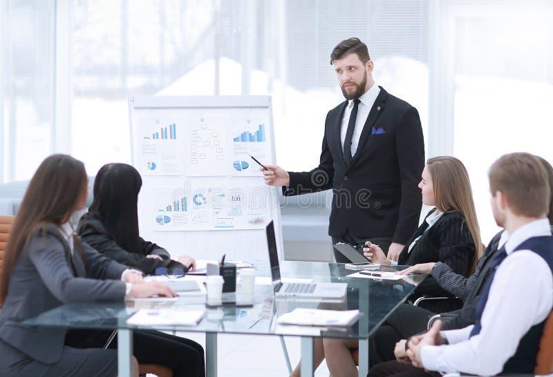看成功的企业家的殷勤商务伙伴指向whiteboard在办公室 库存照片