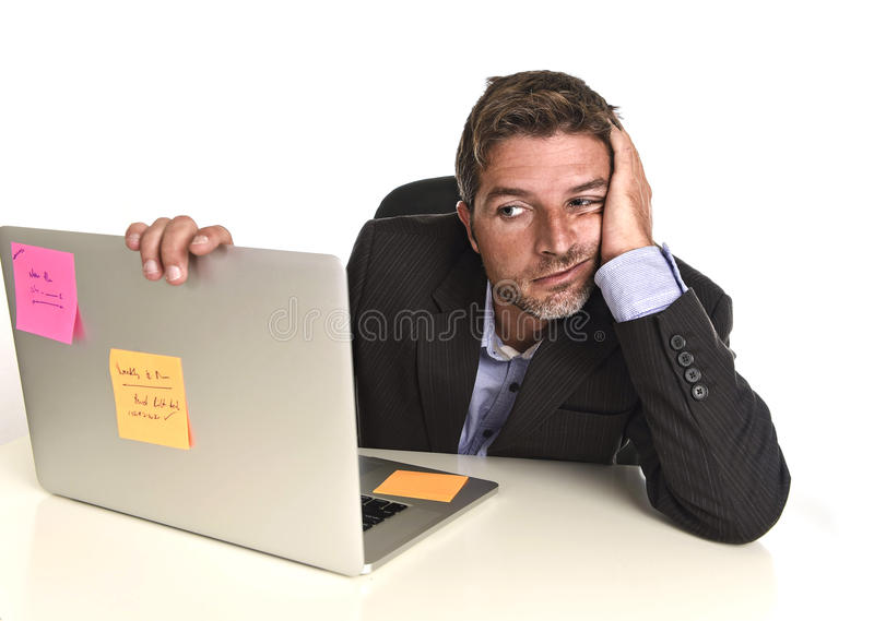 看担心的痛苦重音的商人办公室有的便携式计算机工作问题 免版税图库摄影