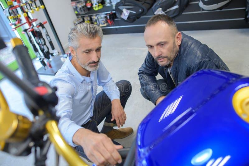 看摩托车的人 免版税图库摄影