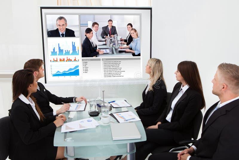 看放映机屏幕的买卖人 免版税库存图片