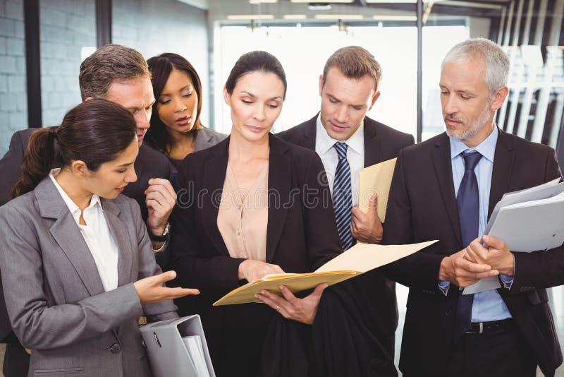 看文件和互动与买卖人的律师 库存图片