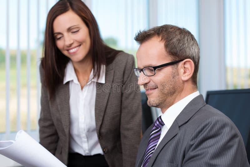 看文件的两个企业同事 免版税库存图片