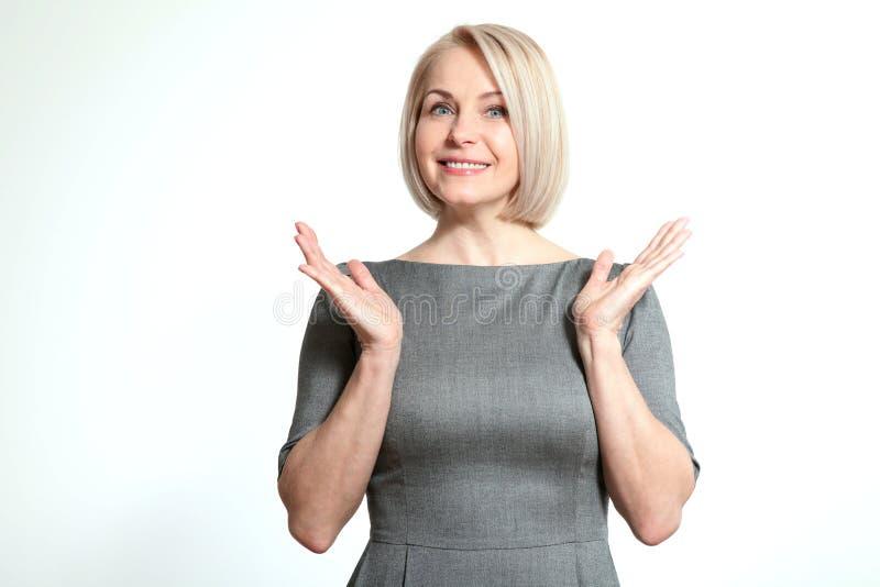 看斜向一边在兴奋的惊奇的愉快的妇女 免版税库存照片