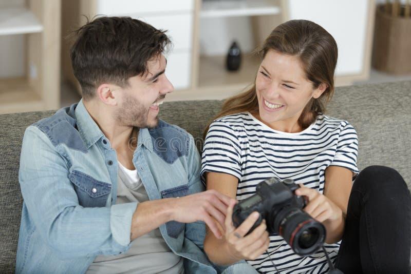 看旅行图片的愉快的被接受的夫妇 免版税图库摄影