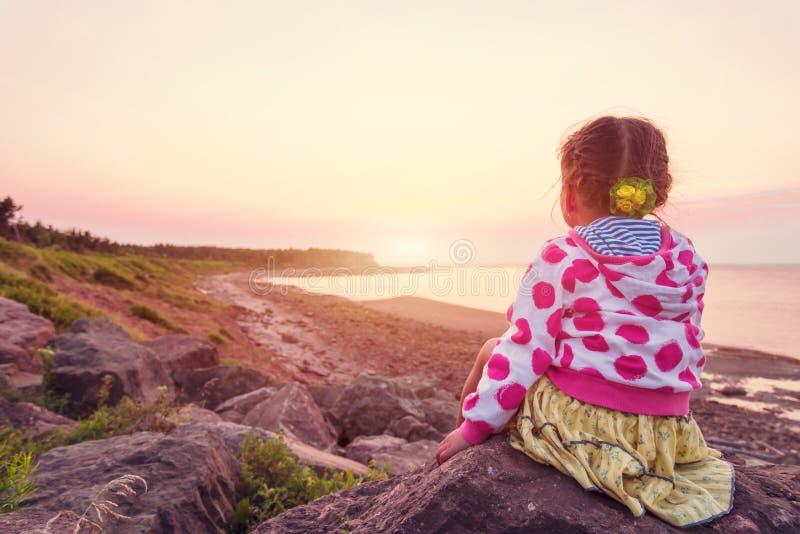 看日落的可爱的小女孩 库存照片