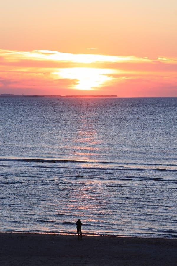 看日落,荷兰人阿默兰岛海岛的孤独的人 免版税库存照片