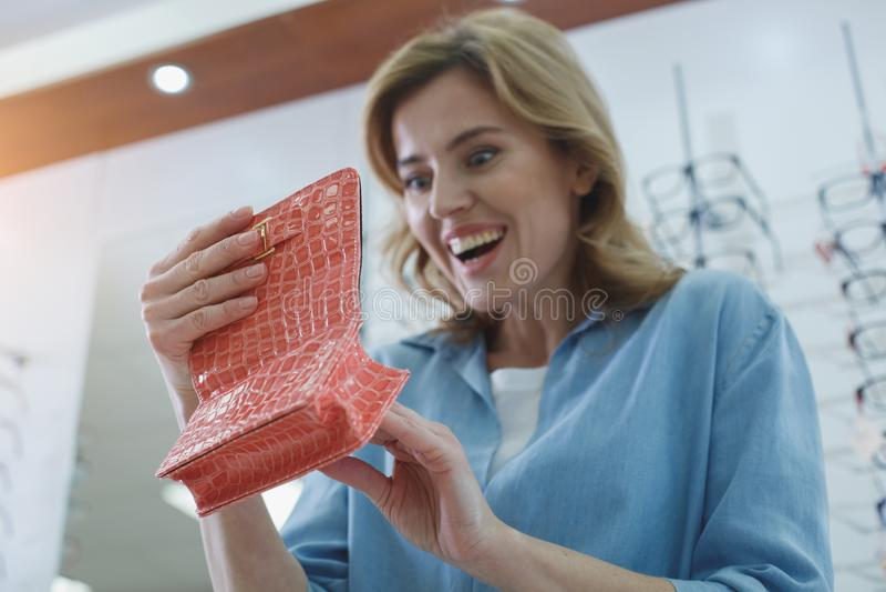 看景象盒的感兴趣的妇女 库存照片