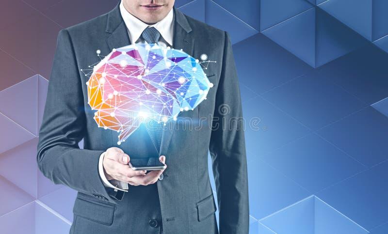 看智能手机,脑子全息图的商人 库存照片