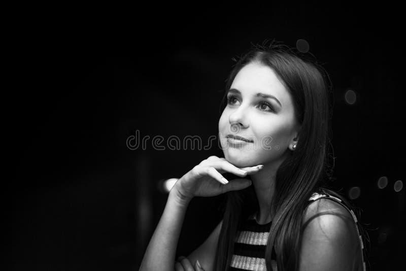 看月亮的女孩在晚上,城市视图,黑白照片 免版税库存照片