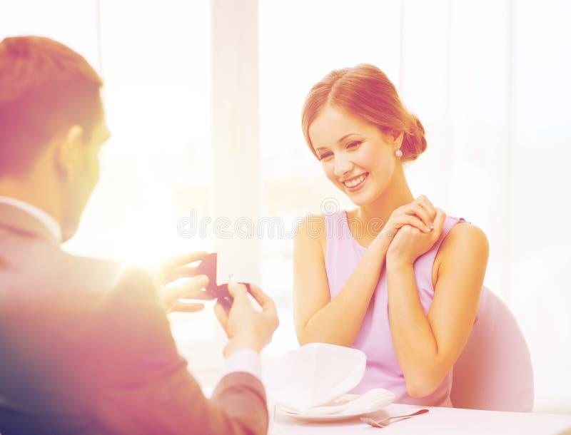 看有圆环的激动的少妇男朋友 库存图片
