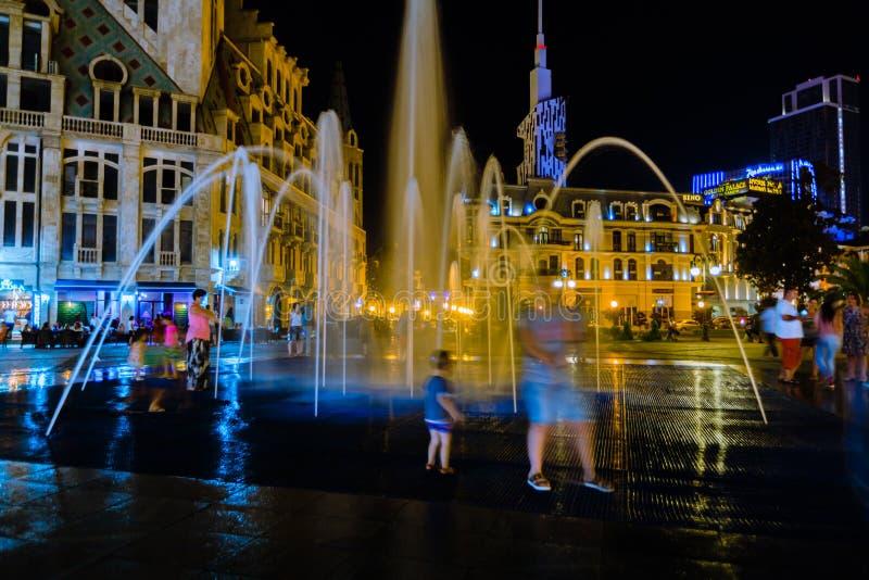 看有夜光的人们喷泉 库存图片