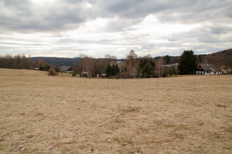 看村庄和教会的风景在捷克 免版税图库摄影