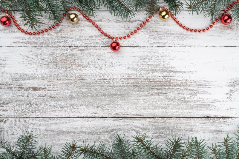 看板卡例证向量xmas 老木圣诞节背景 冷杉分支 金子和红色中看不中用的物品 红色的诗歌选 图库摄影