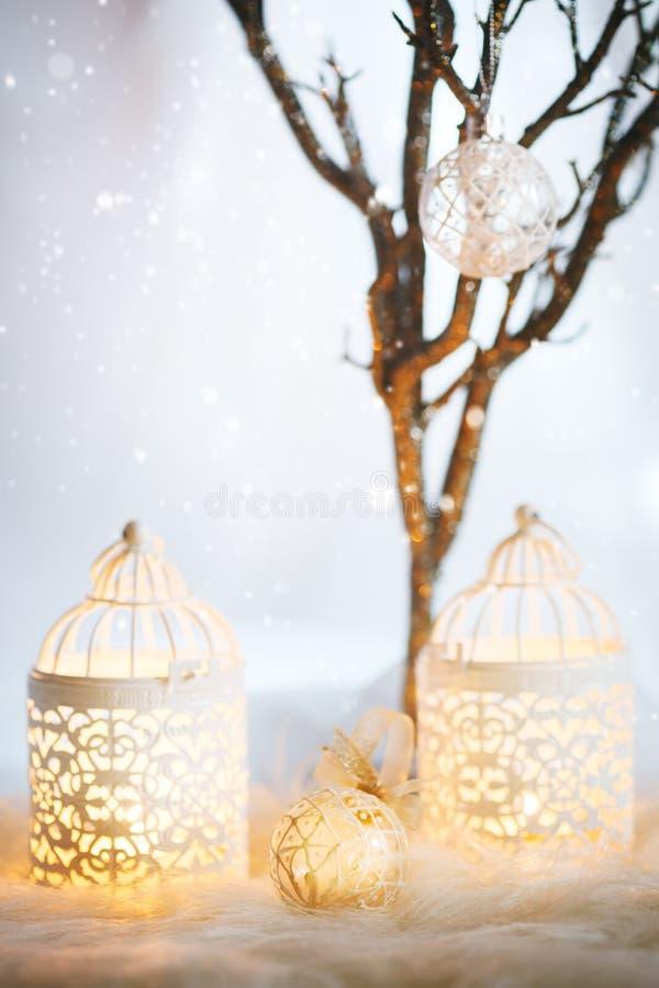看板卡圣诞节白色 与灯笼的装饰 免版税库存照片
