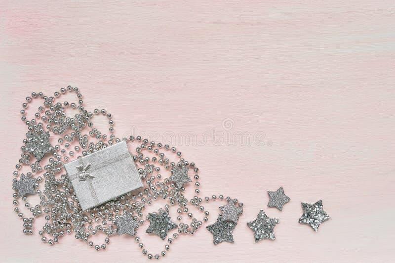 看板卡圣诞节问候 礼物盒和圣诞节装饰在pi 图库摄影