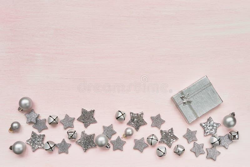 看板卡圣诞节问候 礼物盒和圣诞节银色decoratio 库存照片