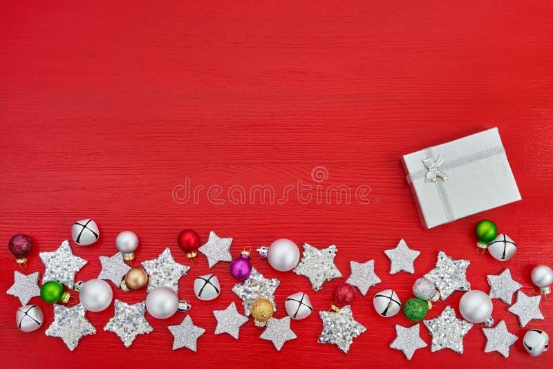 看板卡圣诞节问候 礼物盒和圣诞节银色decoratio 图库摄影