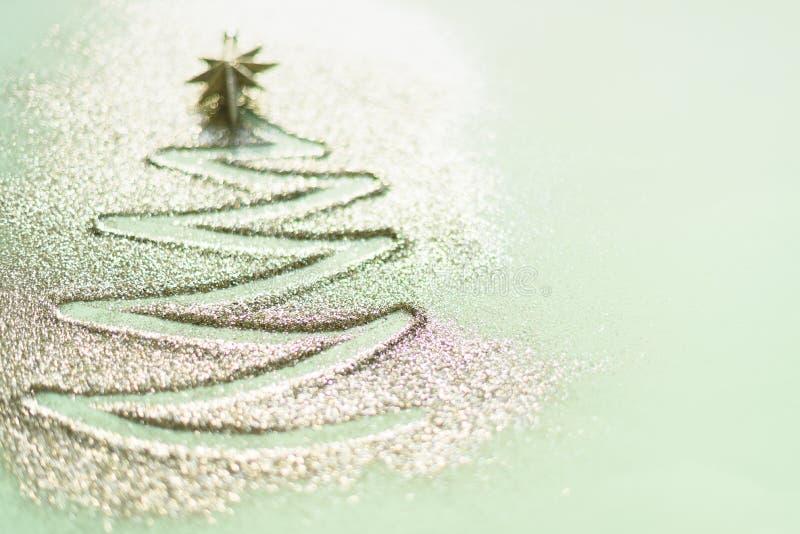 看板卡复制问候空间 与defocused光的圣诞树,在蓝色背景的bokeh 冬天,新年概念 免版税库存照片