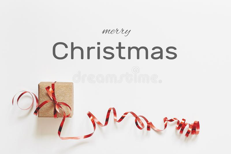 看板卡快活圣诞节的问候 有红色丝带的礼物盒在与祝贺文本的白色背景 库存照片