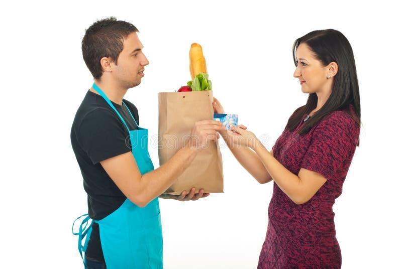 看板卡支付妇女的costumer赊帐 免版税图库摄影