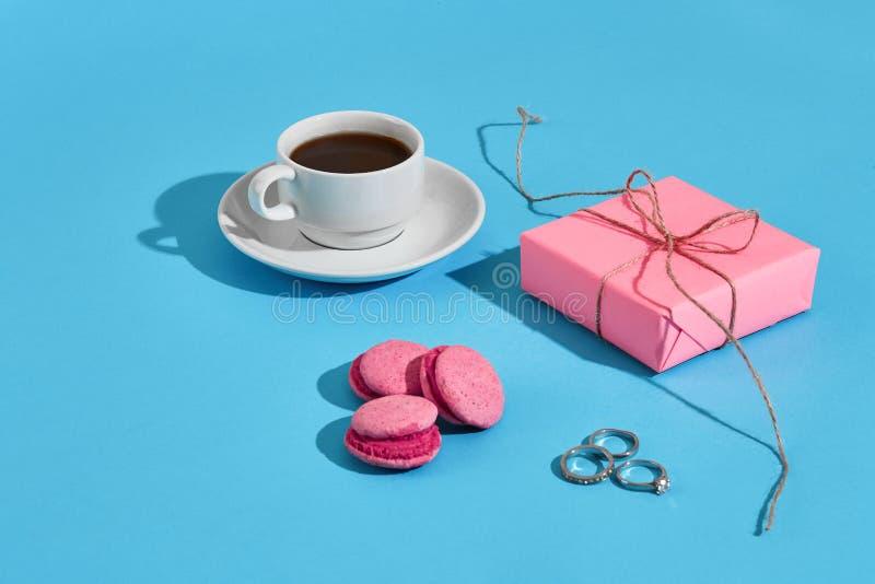看板卡日问候s华伦泰 加奶咖啡杯子,桃红色蛋白杏仁饼干 免版税库存照片