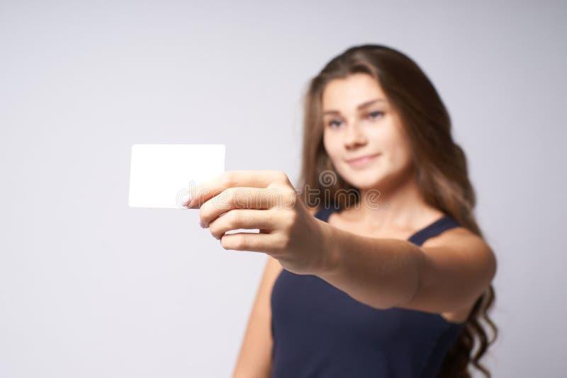 看板卡白色 纵向女孩 被弄脏的背景 犰狳 免版税库存图片