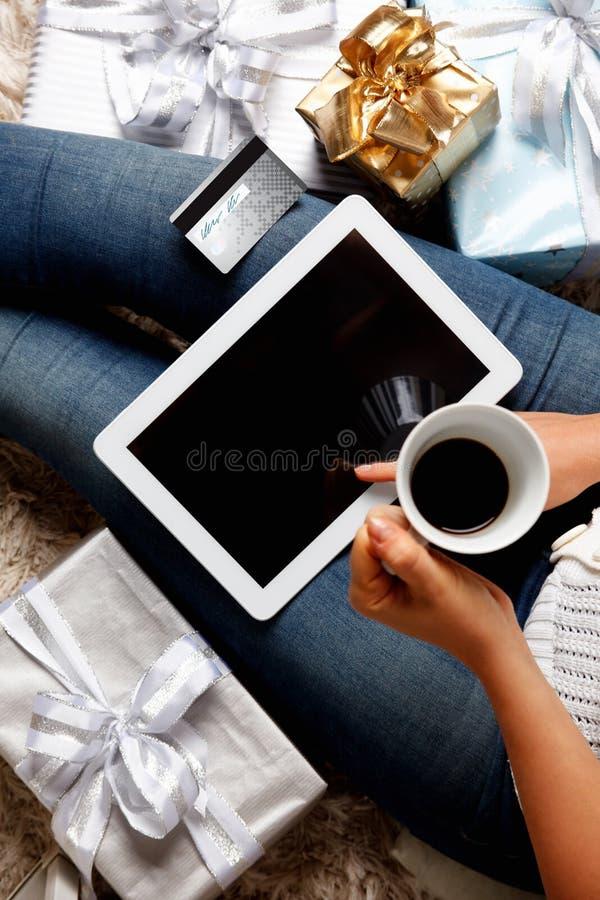 看板卡赊帐在线购物妇女 免版税图库摄影
