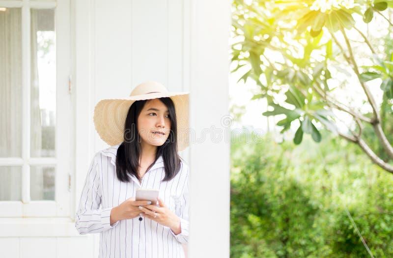 看某事和微笑对室外,概念生活方式的美丽的亚裔妇女画象  库存图片