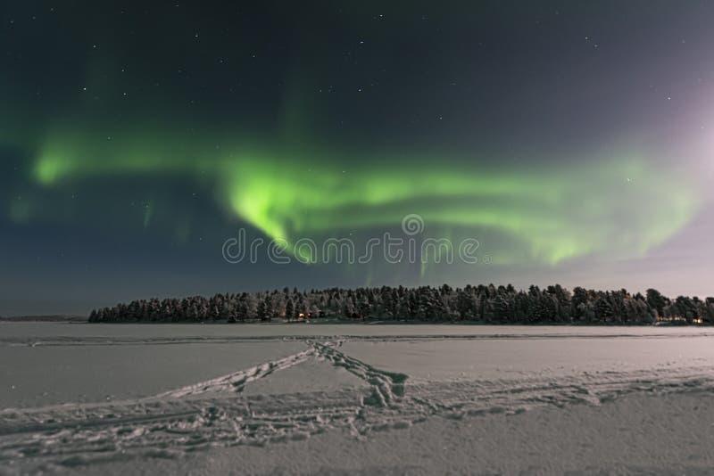 看横跨北极光的一个冻湖 库存图片