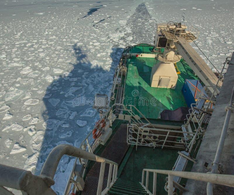 看法从上面在喀拉海的冰的俄国军用破冰船 北极远征 免版税图库摄影