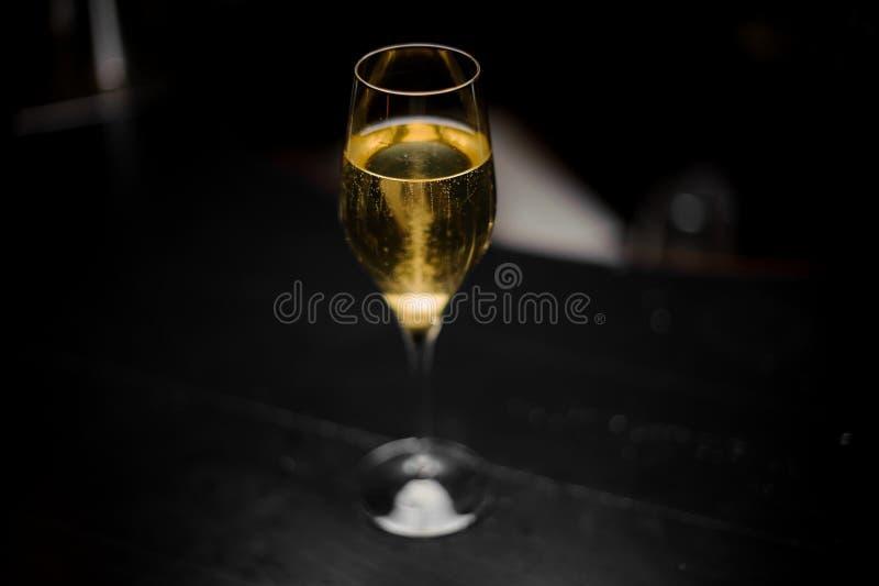 看法从上面在鸡尾酒用香槟和糖立方体在玻璃 库存图片