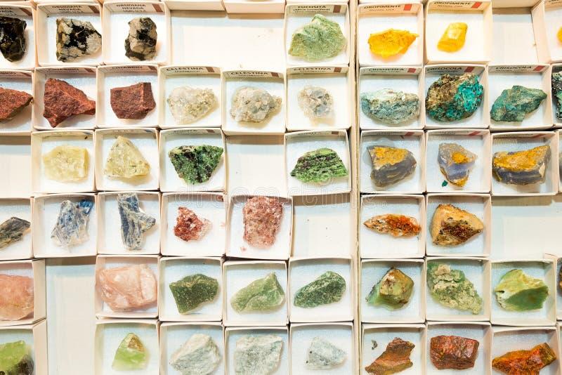看法从上面珍贵的矿物和岩石样品在小盒子在一个商业展览与人造光 免版税库存照片