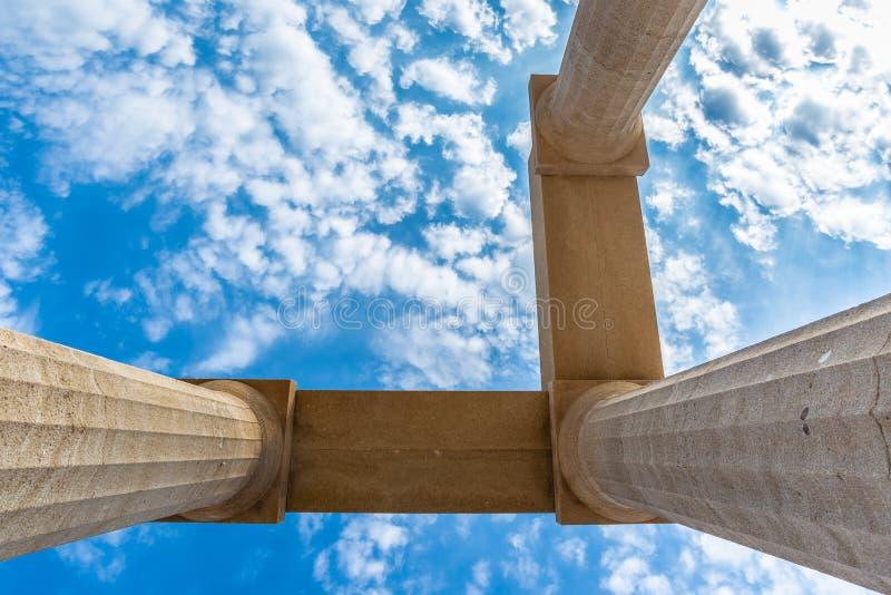 看法从下面三根古老柱子 免版税库存图片