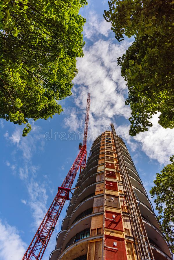 看法从下面向上在塔吊的建筑 免版税图库摄影